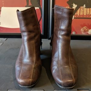 Clark's brown ankle boots. 6.5 WIDE